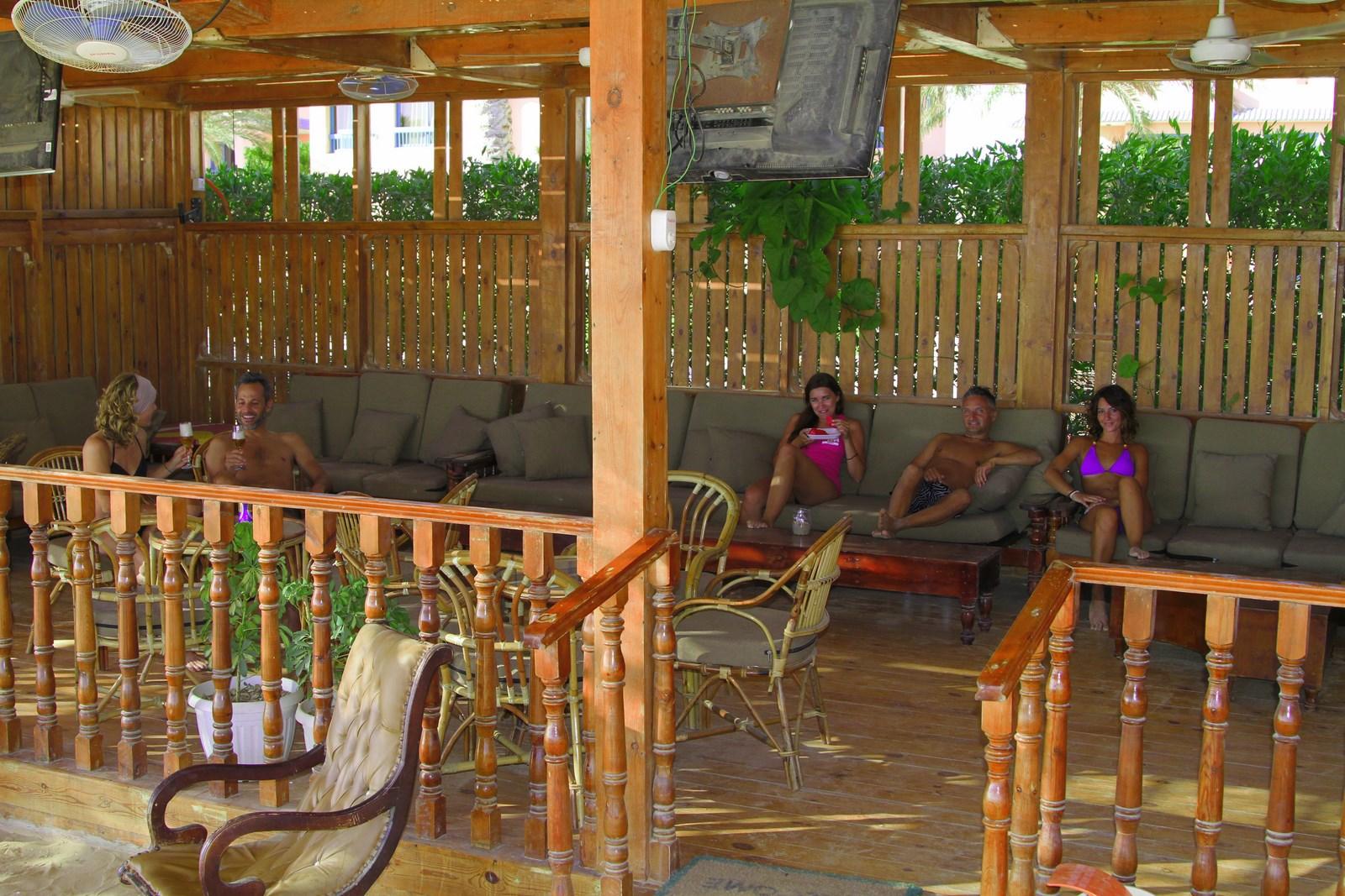 una comoda area relax al kitesurfing village di Ras Sudr con comodi divani, tv hd, sky e musica